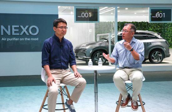 13일(현지시각) 중국 상하이 신국제엑스포센터에서 열린 'CES 아시아 2018'에서 현대차와 '딥글린트'간의 기술 협력 파트너십에 대해 발표 중인 정의선 현대차 부회장(오른쪽)과 자오용 딥글린트 CEO