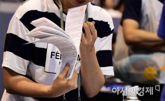 제7회 전국동시지방선거 및 국회의원 재·보궐선거일인 13일 서울 서대문구 명지전문대학교에 마련된 개표소에서 개표사무원들이 투표용지를 분류하고 있다. /문호남 기자 munonam@