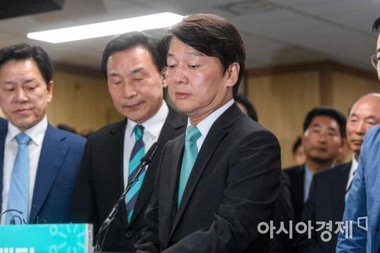 제7회 전국동시지방선거 개표가 이어지고 있는 13일 서울 여의도 바른미래당사에 마련된 선거상황실에서 안철수 서울시장 후보가 입장발표를 하고 있다./강진형 기자aymsdream@