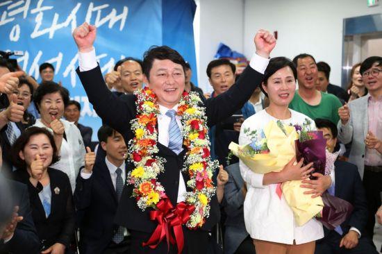최재성 더불어민주당 송파을 국회의원 후보가 13일 당선이 유력해지자 환호하는 모습. 사진=연합뉴스