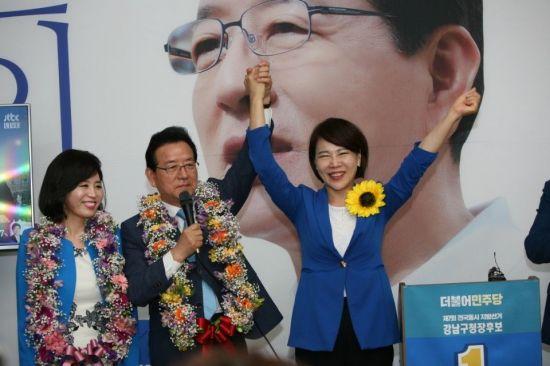 정순균 강남구청장 당선자가 부인과 함께 전현희 국회의원에 감사의 뜻을 보내고 있다.