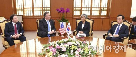 강경화 외교부 장관과 마이크 폼페이오 미국 국무장관이 14일 서울 종로구 외교부 청사에서 대화를 나누고 있다. /문호남 기자 munonam@