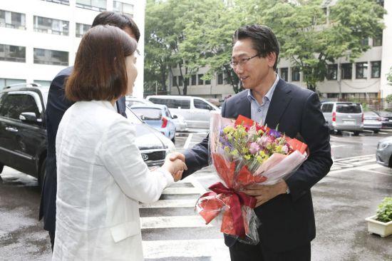 김영종 종로구청장이 14일 오전 출근길에 직원들로부터 당선 축하의 꽃을 받고 기뻐하고 있다.