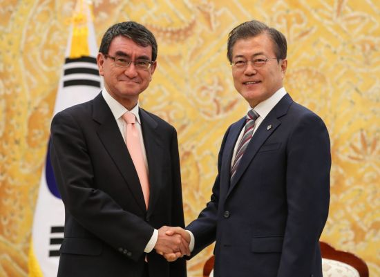 문재인 대통령이 14일 오후 청와대에서 방한 중인 고노 다로 일본 외무상을 만나 악수하고 있다.  사진=연합뉴스