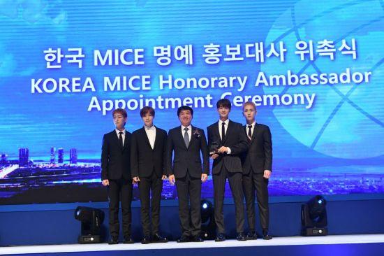 14일 인천 송도 컨벤시아에서 개최된 코리아 마이스 엑스포 2018 개막식에서 '한국 MICE 명예 홍보대사'로 위촉된 샤이니와 안영배 한국관광공사 사장(가운데)이 함께 포즈를 취하고 있다.