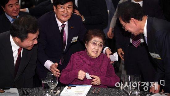 [포토] 6.15 남북정상회담 18주년 기념식 참석한 이희호 여사