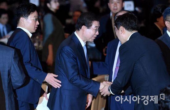 [포토] 참석자들과 인사하는 박원순 서울시장