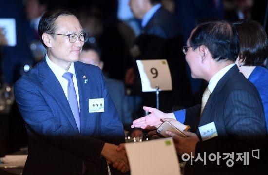 [포토] 참석자들과 인사하는 홍영표 의원