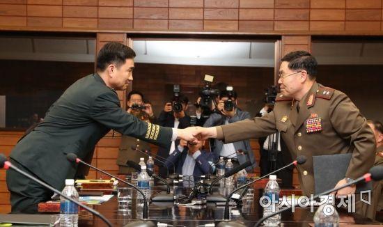 [포토]남북 장성급회담 종료... 공동보도문 교환