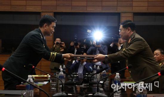 [포토]공동보도문 교환하는 남북