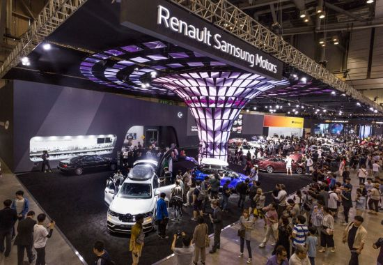 2018부산국제모터쇼에서 관람객들이 르노삼성자동차 부스를 둘러보고 있다.