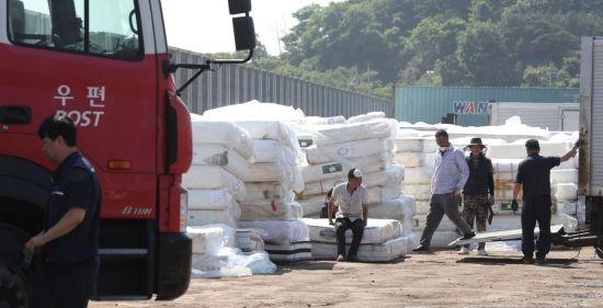 라돈침대 사태 당시 전국에서 수거돼 당진항 야적장으로 옮겨진 침대 매트리스의 모습.(사진=연합뉴스)