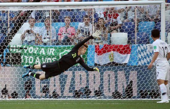 18일(현지시간) 러시아 니즈니 노브고로드 스타디움에서 열린 2018 러시아 월드컵 F조 조별리그 1차전 대한민국과 스웨덴의 경기. 골키퍼 조현우가 스웨덴의 슛을 막기 위해 몸을 날리고 있다.사진=연합뉴스