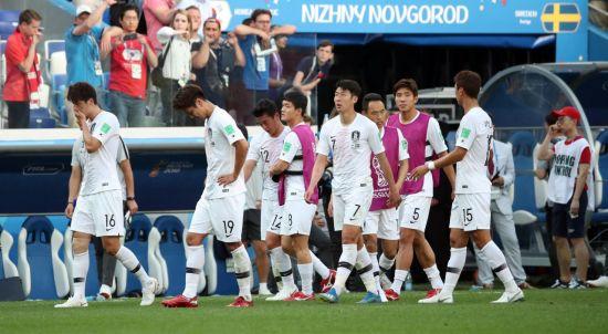 18일(현지시간) 러시아 니즈니 노브고로드 스타디움에서 열린 2018 러시아 월드컵 F조 조별리그 1차전 대한민국과 스웨덴의 경기. 스웨덴에 0-1로 패한 한국 선수들이 아쉬워하고 있다. 사진=연합뉴스