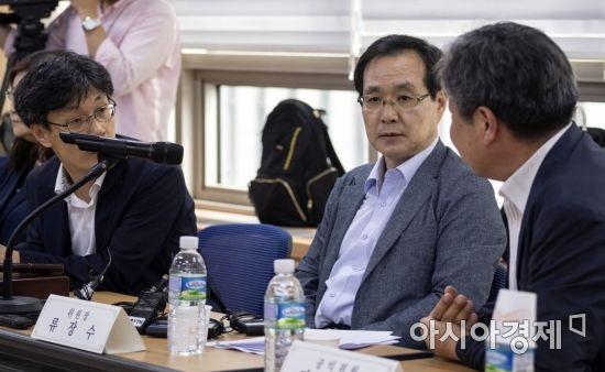 류장수 최저임금위원장(가운데)./윤동주 기자 doso7@