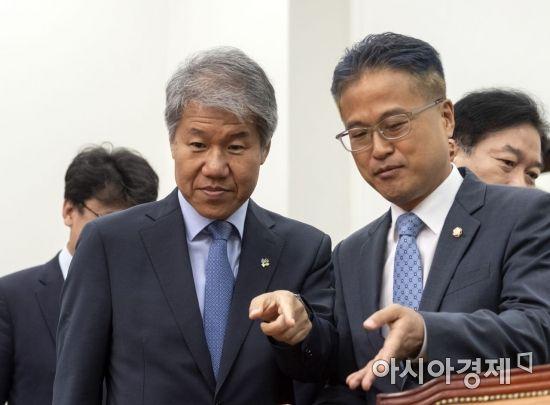 김수현 청와대 사회수석과 김정우 더불어민주당 대표 비서실장이 6월20일 국회에서 열린 고위 당정청협의회에 이야기를 나누며 참석하고 있다./윤동주 기자 doso7@