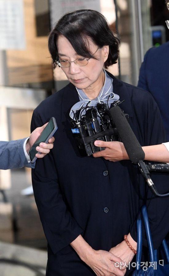 한진그룹 총수일가 외국인 가사도우미 불법고용 의혹을 받는 이명희 전 일우재단 이사장 지난달 20일 구속 전 피의자심문(영장실질심사)를 받기 위해 서울중앙지방법원으로 들어서고 있다./김현민 기자 kimhyun81@