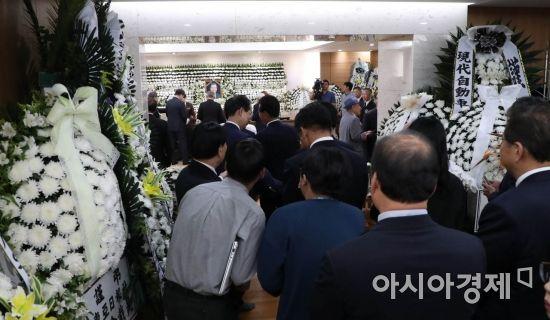 조문객들이 24일 서울 송파구 서울아산병원 장례식장에 마련된 故 김종필 전 국무총리의 빈소를 찾아 조문하고 있다./강진형 기자aymsdream@