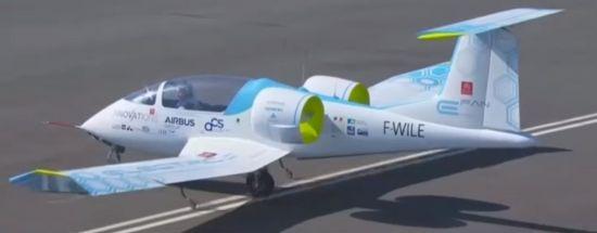 도버해협 횡단에 성공한 에어버스의 전기 항공기.[사진=유튜브 화면캡처]