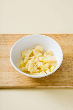 2. 감자 껍질을 벗기고 작은 깍두기 모양으로 썬다.