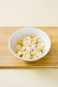 3. 감자가 뜨거울 때 파르메산 치즈 가루, 버터, 허브 소금을 넣어 잘 섞는다. 네모지게 모양을 빚는다.  (Tip 감자가 약간 으깨지도록 섞어야 한 덩어리로 잘 뭉쳐져요. )