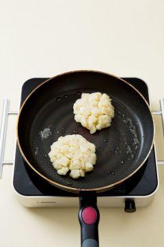 4. 팬에 식용유를 두르고 감자를 넣어 앞뒤로 노릇노릇하게 지진다.