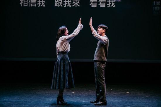 ▲ 뮤지컬 '팬레터' 제작발표회에서 문태유(오른쪽)와 소정화가 '거짓말이 아니야'를 시연하고 있다.   ©사진=-NTT