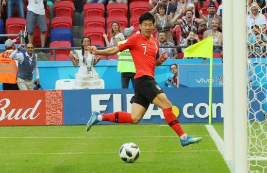 6월27일(현지시간) 러시아 카잔아레나에서 열린 2018 러시아 월드컵 F조 조별리그 3차전 한국과 독일 경기에서 손흥민이 후반 추가시간에 추가골을 성공시키고 있다.[이미지출처=연합뉴스]