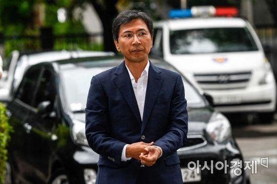 비서 성폭행 혐의를 받고 있는 안희정 전 충남도지사가 첫 공판을 받기 위해 2일 서울 마포구 서부지방법원으로 들어서고 있다./강진형 기자aymsdream@