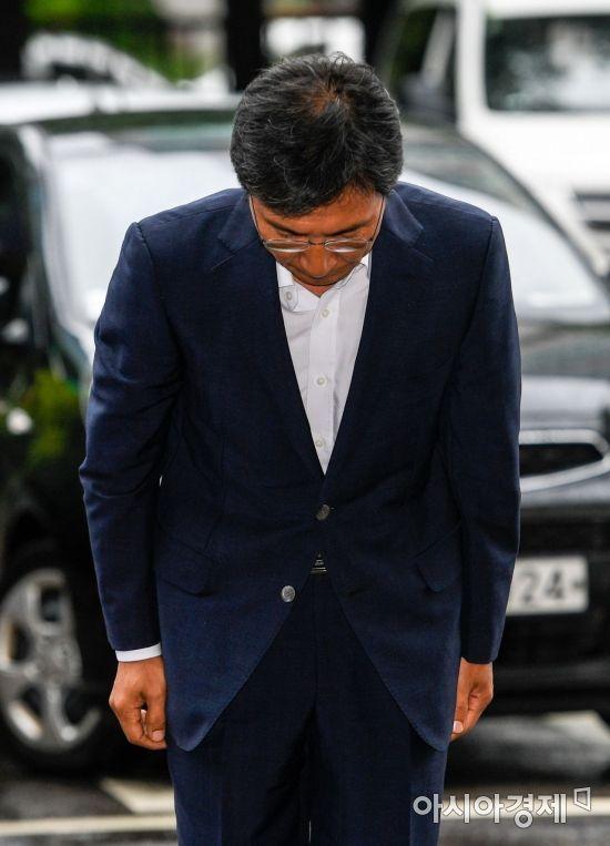 비서 성폭행 혐의를 받고 있는 안희정 전 충남도지사가 첫 공판을 받기 위해 2일 서울 마포구 서부지방법원으로 들어서며 인사하고 있다./강진형 기자aymsdream@