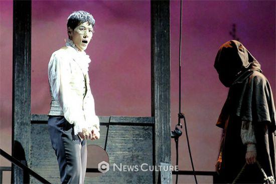 ▲ 뮤지컬 '프랑켄슈타인'(연출 왕용범) 공연장면 중 앙리(왼쪽, 카이 분)가 처형 전에 빅터에게 우리의 연구를 이어달라고 당부하고 있다.   ©이지은 기자