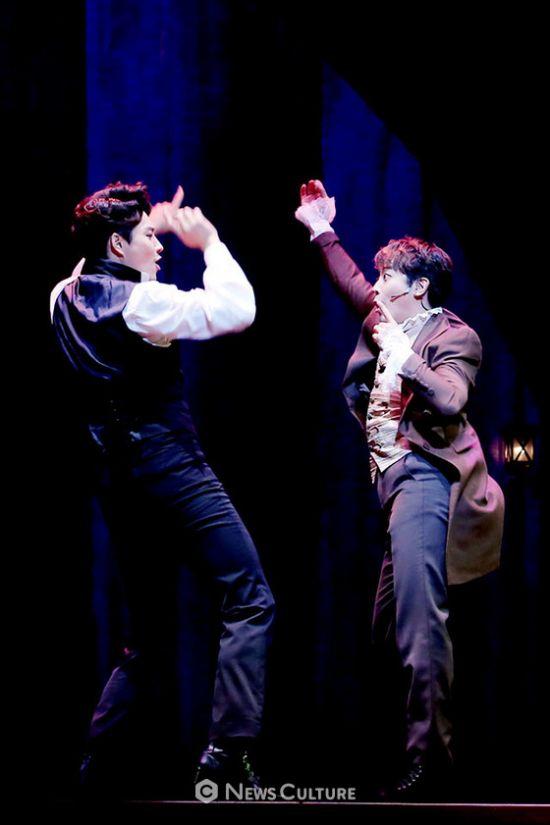 ▲ 뮤지컬 '프랑켄슈타인'(연출 왕용범) 공연장면 중 빅터(왼쪽, 민우혁 분)와 앙리(한지상 분)가 춤추고 있다.   ©이지은 기자