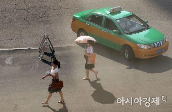 4일 오전 평양에서 시민들이 거리를 지나고 있다. /사진공동취재단