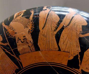 """그리스 신화 속 투표 장면. 영웅 아킬레우스가 죽자 그의 갑옷을 누가 차지할지를 두고 오디세우스와 아이아스가 경쟁한다. 두 사람의 연설을 들은 다음 투표를 한 결과 오디세우스가 승리하자 아이아스는 """"내가 무엇을 위해 싸웠단 말인가!""""라며 분노한다. 그는 결국 미쳐버린다. 이탈리아 중부의 피오라 강변에 있는 고대 에트루리아의 도시 불치에서 출토된 아테네 양식의 술잔에 그려진 그림이다."""