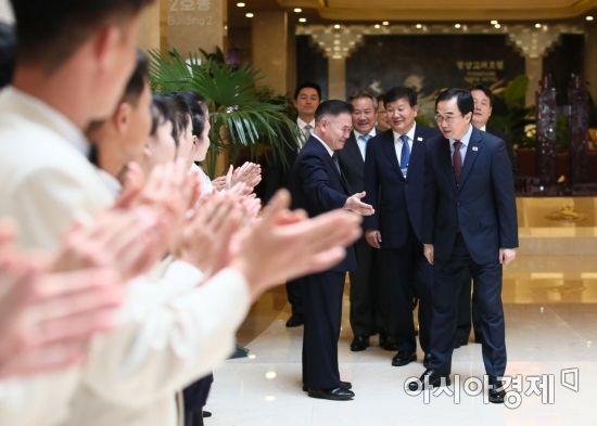 조명균 통일부 장관이 6일 오후 평양에서 열린 남북통일농구대회를 마치고 고려호텔을 나서며 북측 봉사원들의 박수를 받고 있다./사진공동취재단