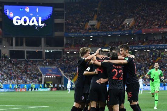 (로스토프나도누<러시아> AFP=연합뉴스) 크로아티아의 이반 페리시치(등번호 4)가 26일(현지시간) 러시아 로스토프나도누의 로스토프 아레나에서 열린 2018 러시아 월드컵 D조 조별리그 3차전 아이슬란드와 경기에서 팀의 두 번째을 골을 넣은 뒤 팀 동료들과 함께 기뻐하고 있다. 이날 크로아티아는 아이슬란드를 2-1로 꺾고 조별리그 3전 전승으로 16강에 진출했다.     lkm@yna.co.kr