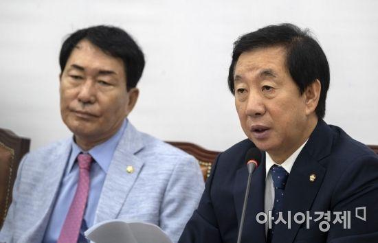 김성태 자유한국당 대표대행이 9일 국회에서 열린 원내대책회의에서 모두발언을 하고 있다./윤동주 기자 doso7@