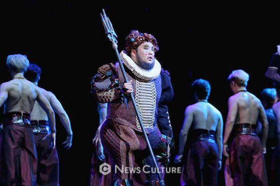 ▲ 뮤지컬 '프랑켄슈타인'(연출 왕용범) 공연장면 중 자크를 바라보는 룽게(이정수 분).   ©이지은 기자