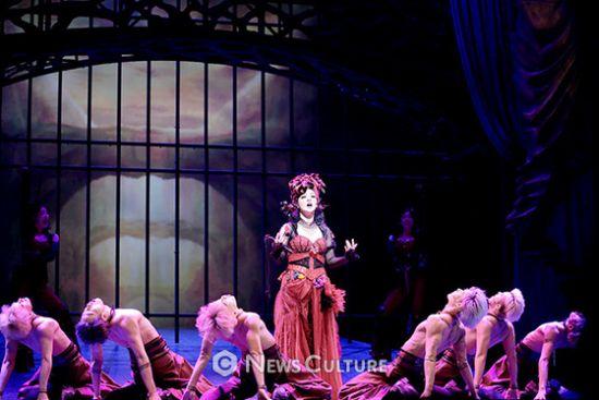 ▲ 뮤지컬 '프랑켄슈타인'(연출 왕용범) 공연장면 중 에바(가운데, 박혜나 분).   ©이지은 기자
