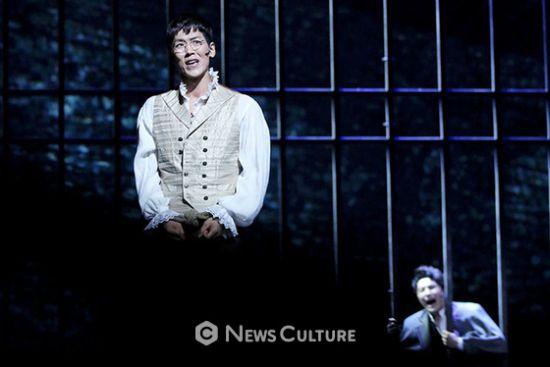 ▲ 뮤지컬 '프랑켄슈타인'(연출 왕용범) 공연장면 중 앙리(왼쪽, 카이 분)가 말하고 있다.   ©이지은 기자