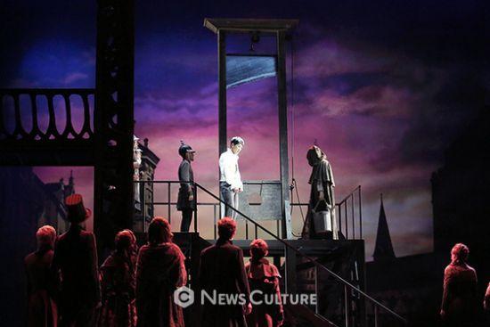 ▲ 뮤지컬 '프랑켄슈타인'(연출 왕용범) 공연장면 중 사형대 앞에 선 앙리(가운데, 카이 분)와 이를 지켜보는 사람들.   ©이지은 기자