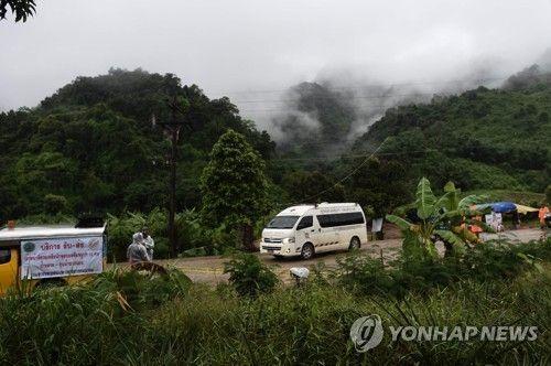 태국에서 소년들이 고립된 동굴에서 빠져나가는 구급차. 사진=연합뉴스