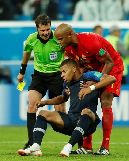 벨기에와의 4강전에서 비매너 플레이로 논란을 일으킨 프랑스 대표팀 음바페(가운데)[이미지출처=연합뉴스]