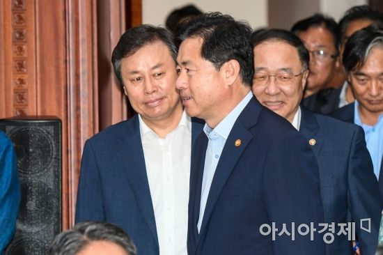 [포토]회의실로 들어서는 김영춘 장관-도종환 장관