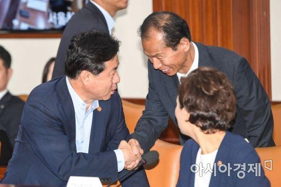 [포토]악수하는 김영춘 장관-최문순 강원도지사