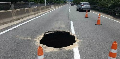 11일 부산 도시고속도로 번영로 원동에서 서울 방향 200m 지점에 발생한 싱크홀. 사진=부산경찰청 제공