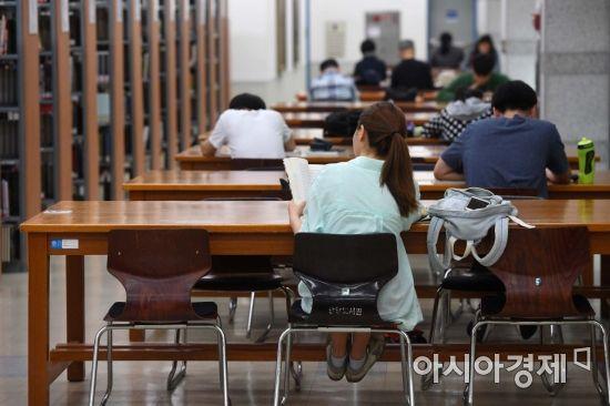 취업자 수 증가폭이 글로벌 금융위기 이후 처음으로 5개월 연속 10만명대 이하에 머물렀다. 실업자는 6개월 연속 100만명을 웃돌았다. 11일 통계청이 발표한 '6월 고용동향'에 따르면 지난달 취업자 수는 2712만6000명으로 1년 전보다 10만6000명 증가하는데 그쳤다. 이날 서울 시내 한 대학교 도서관에서 학생들이 방학을 반납하고 취업 준비에 구슬땀을 흘리고 있다. /문호남 기자 munonam@