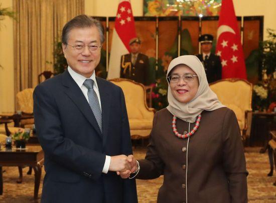 싱가포르를 국빈 방문 중인 문재인 대통령이 12일 오전 이스타나 대통령궁에서 할리마 야콥 싱가포르 대통령과 악수하고 있다.  사진=연합뉴스