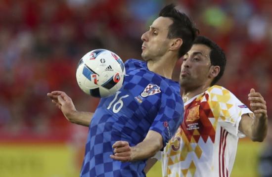 지난 유로 2016 스페인과 경기에서 세르히오 부스케츠와 볼을 다투는 니콜라 칼리니치.사진=연합뉴스