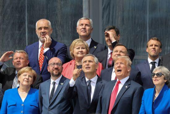 도널드 트럼프 미국 대통령(앞줄 오른쪽 두번째)과 앙겔라 메르켈 독일 총리(앞줄 왼쪽), 테리사 메이 영국 총리(앞줄 오른쪽), 에마뉘엘 마크롱 프랑스 대통령(둘째줄 오른쪽) 등이 11일(현지시간) 벨기에 브뤼셀에서 개막한 북대서양조약기구(NATO·나토) 정상회의에 참석, 단체기념사진을 찍고 있다. [이미지출처=연합뉴스]